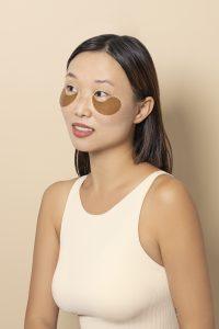 Frau mit Augenpatches